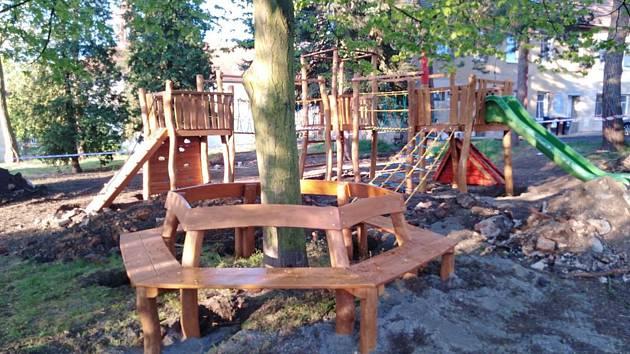 V sousedství fary v centru Modlan vyrůstá nové dětské hřiště.