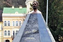Pomník Julia Payera zdobí Šanovský park.