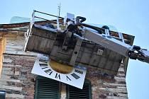 Na kostel v Mirošovicích pověsili ciferníky k hodinám.