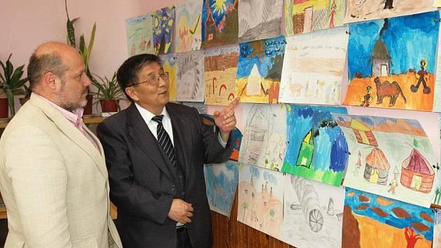 V Masarykově základní škole v Krupce byla v pondělí zahájena výstava prací dětí z Mongolska.