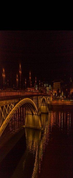 Snímek je z letošní dovolené v Budapešti, kdy nejkrásnější a nejromantičtější je noční Budapešt, toto je most Margit přes řeku Dunej kolem jedenácté hodiny večerní po horkém letním dni.. Jiří Šafařík. Hrob u Teplic