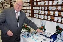 Vánoční výrobky z Dubí ukazuje Vladimír Feix.