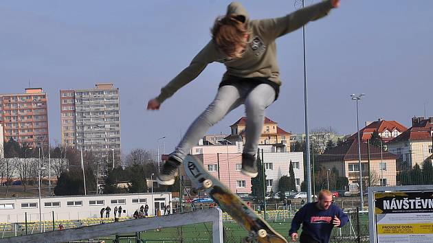 Ze skateparku na Angru v Teplicích. Součástí areálu je také kilometrový asfaltový okruh pro bruslaře.