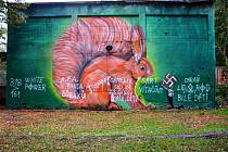 Obraz obří veverky v Zámecké zahradě je už opět bez hanlivých nápisů a nacistických symbolů.