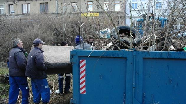 Úklid černé skládky ve Skupově ulici v Teplicích