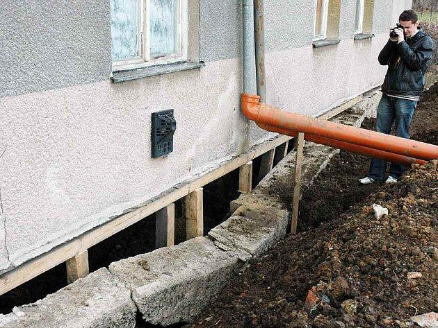 Hostomice – Na objektu u hřiště v Hostomicích, kde mají fotbalisté kabiny a kde je také obydlený byt, popraskaly zdi a také se odlomil kus základů pod domem.