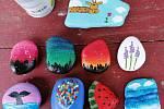 Dcera Daniela Volfová z Teplic zkouší namalovat na kamínky cokoli, od berušek až po meloun, napsala do redakce Kamila Volfová