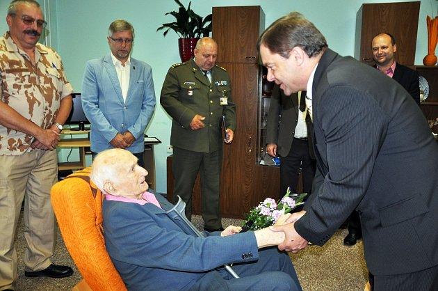 Plukovník ve výslužbě Demeter Senický dostal ocenění Ministra obrany ČR Záslužný kříž MO II. stupně.