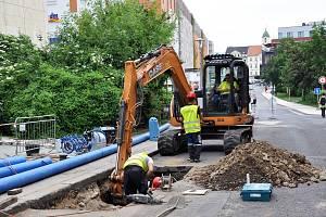 V Dlouhé ulici se provádí rekonstrukce poruchového vodovodu a nevyhovujícího úseku kanalizace a kanalizačních šachet, která částečně bude pokračovat do Papírové ulice.