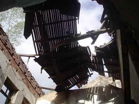 """Duchcov: další """"barák na odstřel"""". Tentokrát spadl kus střechy do ulice z domu v Havířské ulici."""