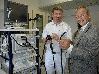 Jaroslav Kubera s vedoucím lékařem Vlastimilem Woznicou u nového přístroje pro gastroenterologii.