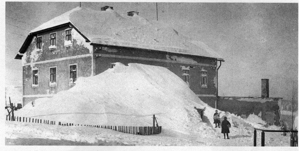 Zima v Krušných horách na archivních pohledech a fotografiích. Bývalá továrna na klobouky na Cínovci.