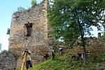 Jedenáct dobrovolníků z Číny, Japonska, Polska, Španělska, Ukrajiny a Turecka pomáhá od pondělka v Oseku při údržbě hradu Rýzmburk v rámci mezinárodního workcampu.