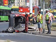 Dopravní nehoda tří osobních aut na křižovatce ulic Hrázní a Masarykova.