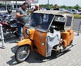 Ústecká veterán Rallye měla cíl jedné etapy v Teplicích u Obchodního centra Olympie, kde zájemci měli možnost spatřit nablýskané veterány různých značek včetně motocyklů.