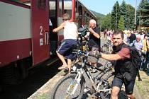 Vlaky do hor na trati Most - Moldava využívá spousta turistů i sportovců.