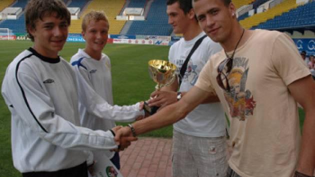 Tepličtí vítěžzové žákovského fotbalového turnaje převzali pohár od reprezentantů.