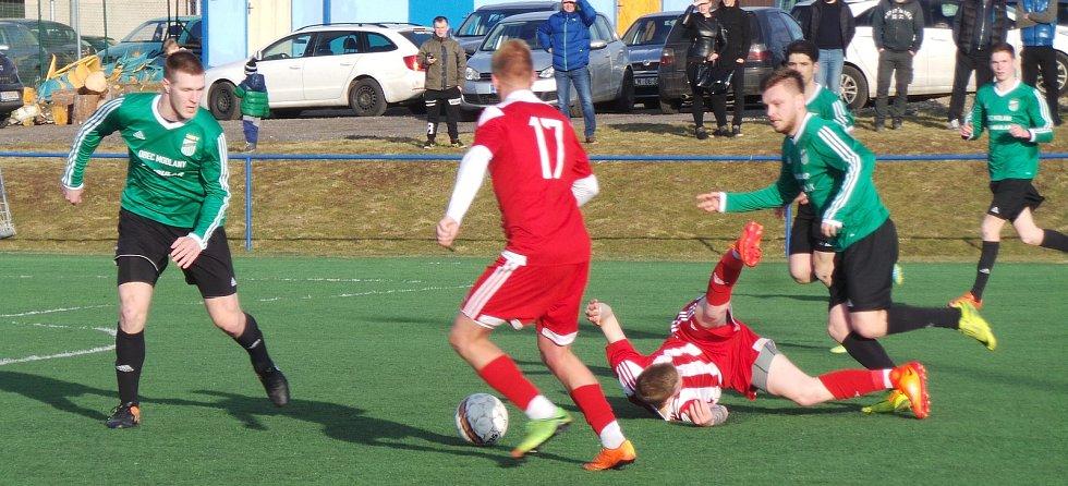 V předehrávaném zápase krajského přeboru porazily Srbice (v pruhovaných dresech) Baník Modlany 3:1.