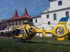 Muž v Teplicích spadl z lešení a zranil se. Přiletěl pro něj z Ústí vrtulník.