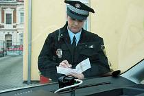 POMOCNÍK MĚSTSKÉ POLICIE DUBÍ. V Dubí mají nového pomocníka, a to je mobilní kamera. Stále využívají i kamery ve služebních vozech. Na snímku je strážník Lenka Palfyová.