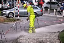 Vysokotlaké čištění chodníků v Dlouhé ulici v Teplicích