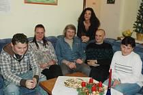 Klienti azylového domu v Oseku s pracovnicí Gabrielou Zíkovou (stojící)