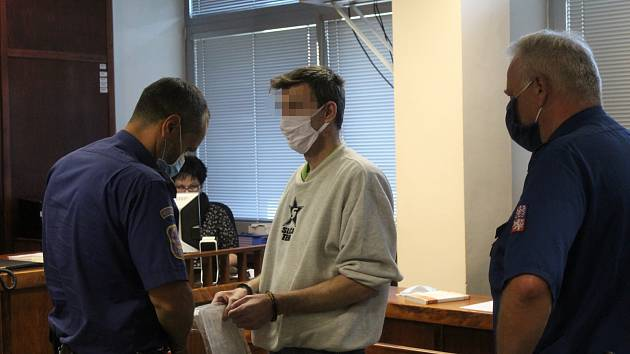Obžalobě z pohlavního zneužívání čtyřleté a šestileté dcery čelí před ústeckým krajským soudem 41letý Tomáš P. z Teplicka.