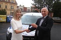 Slavnostní předání nového vozu Dacia Dokker organizaci Senior Teplice proběhlo ve stacionáři v Proboštově. Vlevo ředitelka Senior Teplice Zuzana Lozinčáková, vpravo Bohuslav Knorke z firmy Kompakt.