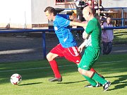 Proboštov (v modrých dresech) dokázal v zápase s Libouchcem v poslední desetiminutovce vyrovnat dvoubrankový náskok hostí. V dlouhém penaltovém rozstřelu nakonec domácí urvali bod navíc.
