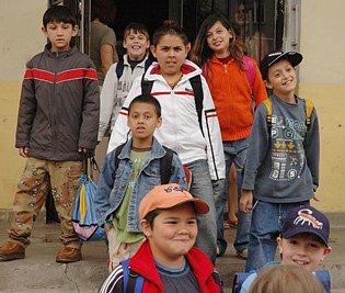 Děti vycházejí ze dveří speciální školy.