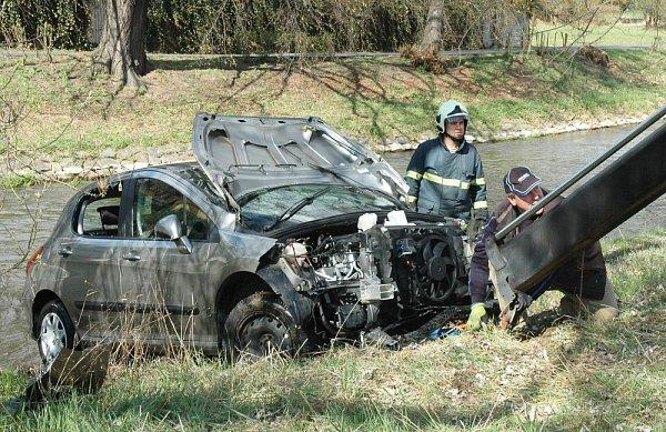 Neovladatelné vozidlo proletělo vprotisměru mezi stromy, projelo okolo hřiště a nakonec spadlo do koryta Bíliny
