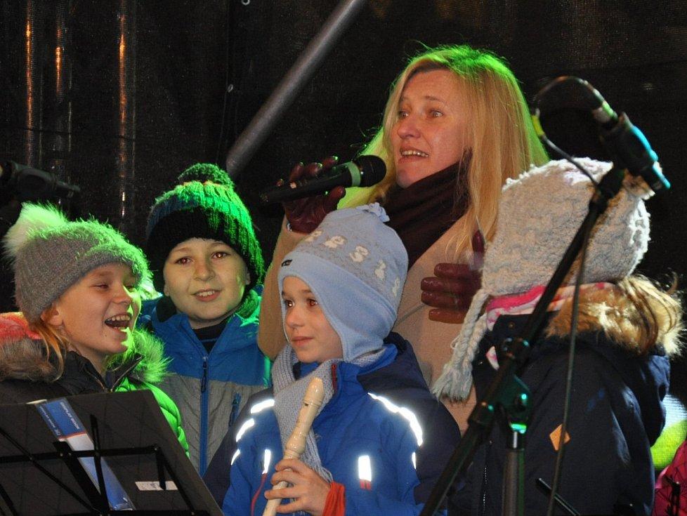 V Teplicích se v neděli večer rozzářily vánoční stromy pro letošní advent.