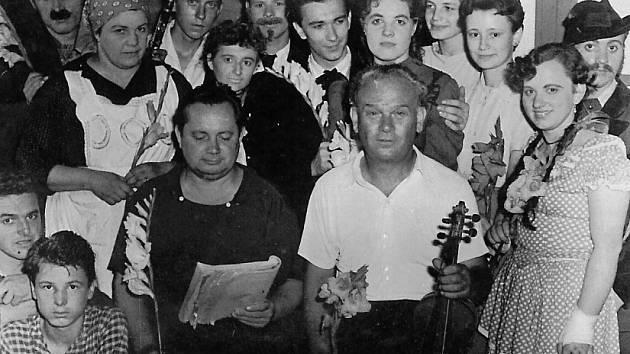 Ochotnický soubor při inscenaci operetky Muziky-muziky, rok 1960