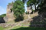 Dobrovolníci ze sedmi zemí opravují hrad Rýzmburk.