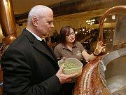 Michal Horáček si v rámci projektu Deníku s názvem Den s prezidentským kandidátem vyzkoušel, jak se vaří pivo v Pivovaru Monopol Teplice.