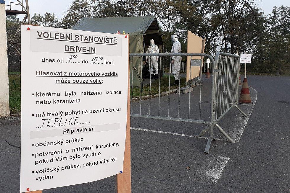 V Teplicích mohou lidé v karanténě volit na parkovišti u fotbalového stadionu na Stínadlech.
