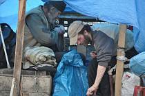 Dva muži a žena přežívali pod plachtou na teplovodní šachtě v prostoru dva krát dva metry. Lidé si na ně stěžovali