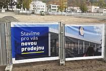 Zde bude nová obchodní zóna v Teplicích, na Pražské ulici v Proseticích. Foto pořízeno v říjnu 2021.