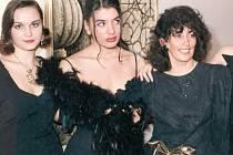 UKÁZKY TYPICKÉ MÓDY let osmdesátých. Tradici módních přehlídek založila v Teplicích Marika Drašarová.