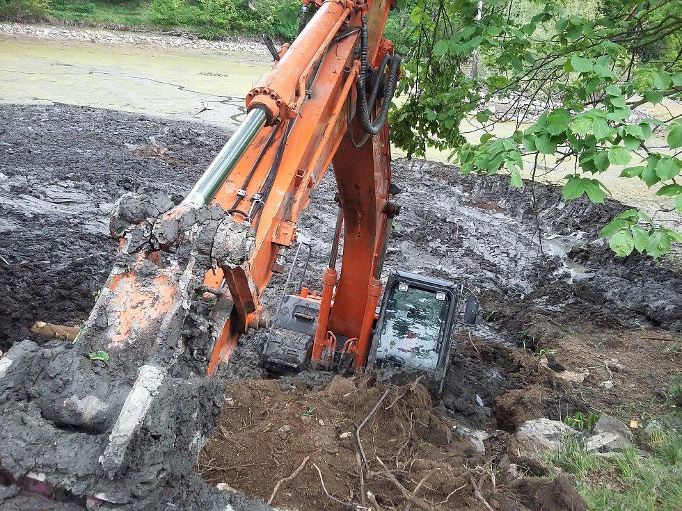 Revitalizace zámeckého rybníku nezačala šťastně, v bahně se utopil bagr.