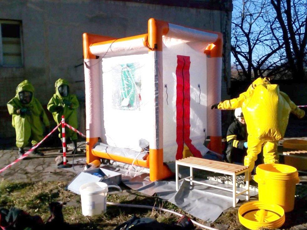 Hasiči zasahují u ohlášeného nálezu neznámé chemické látky.