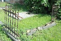 Zloději kradou ozdobné plůtky, kovové svítilny a vůbec vše co se dá zpeněžit ve sběrně. Poničené ozdobné ohrádky hrobů na hřbitově v Teplicích.