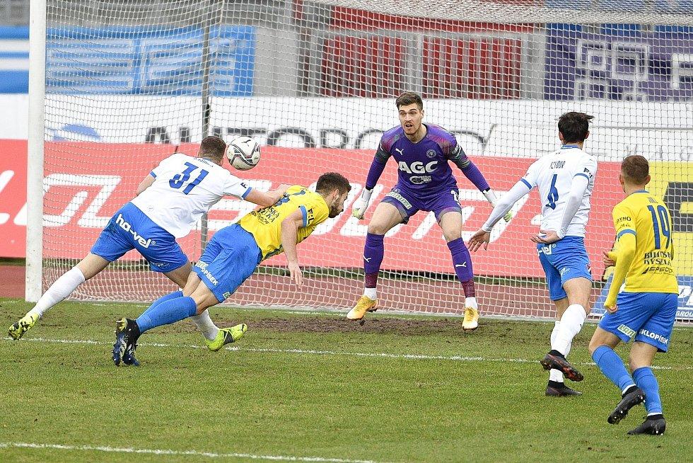 Utkání 21. kola první fotbalové ligy: FC Baník Ostrava – FK Teplice, 27 února 2021 v Ostravě. (zleva) Ondřej Šašinka z Ostravy, Šimon Gabriel z Teplic a brankář Teplice Jan Čtvrtečka.