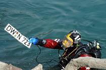 Policejní potápěči vytáhli z Vápenky nevybuchlou munici