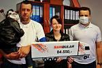 Sambular předal v minulých dnech na terminále v Krupce Románkovi a jeho rodičům částku téměř 85 tisíc korun.