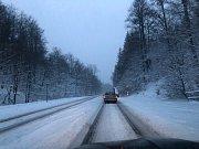 Hory jsou pod sněhem. Silnice z Dubí na Cínovec v úterý 11. prosince dopoledne