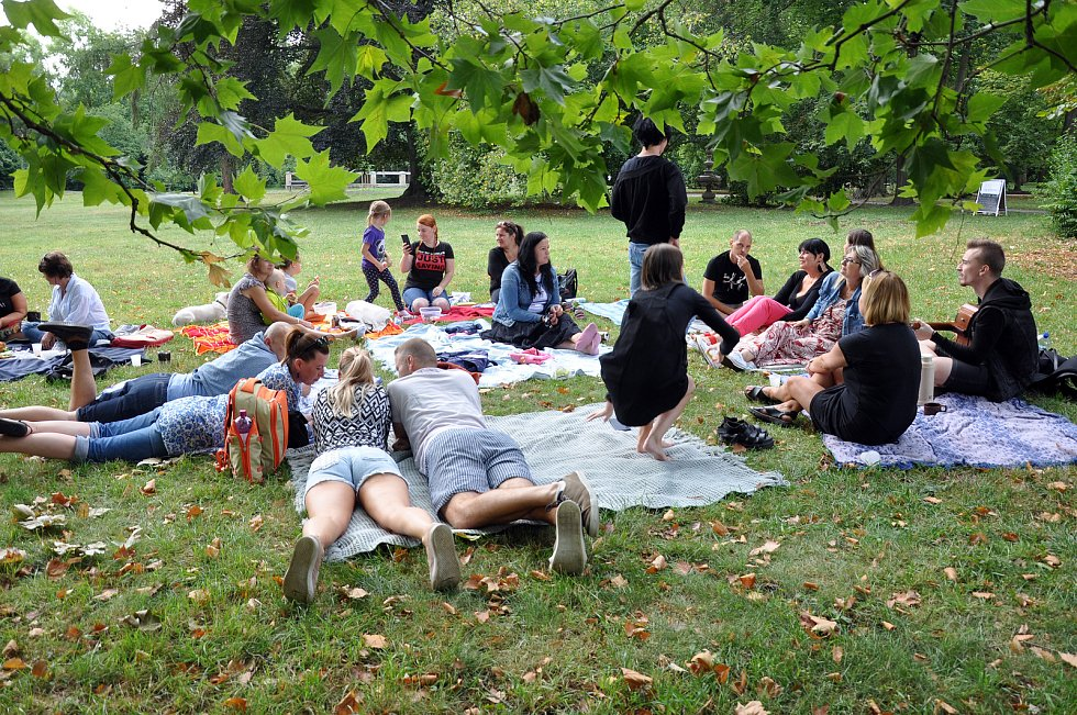 Nezisková organizace Spolu proti samotě pořádala první piknik v Zámecké zahradě.