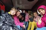 Šesťáci z Proboštova v kabině hasičské tatrovky.
