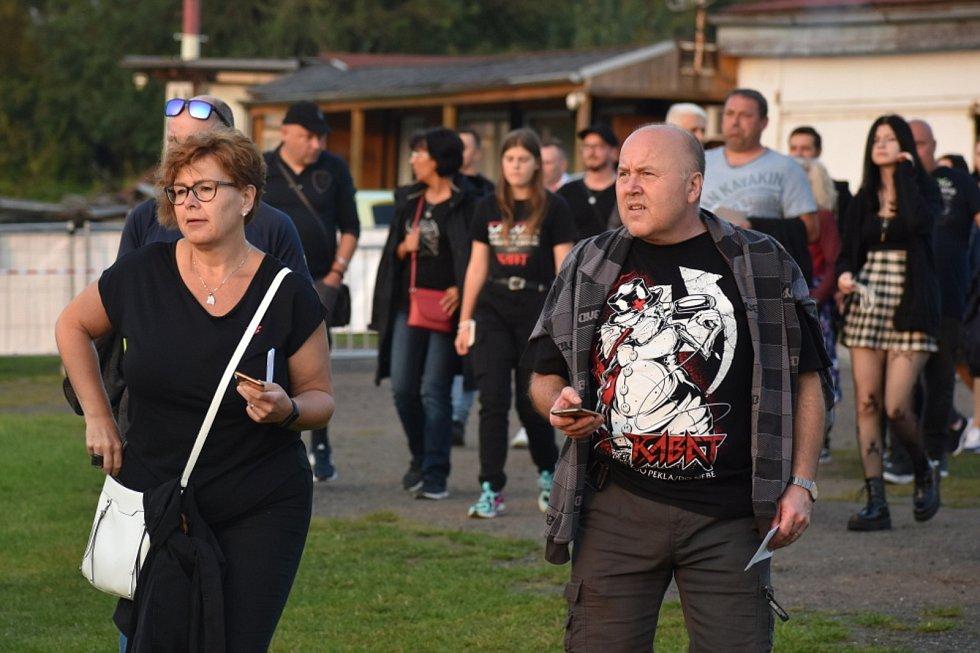 Kabáti vystoupili na domácí scéně v Teplicích, koncert v otevřeném šapitó se konal v sobotu 4. září na letišti u sídliště Nová Ves.