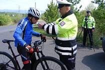 Policisté obdarovávali cyklisty.